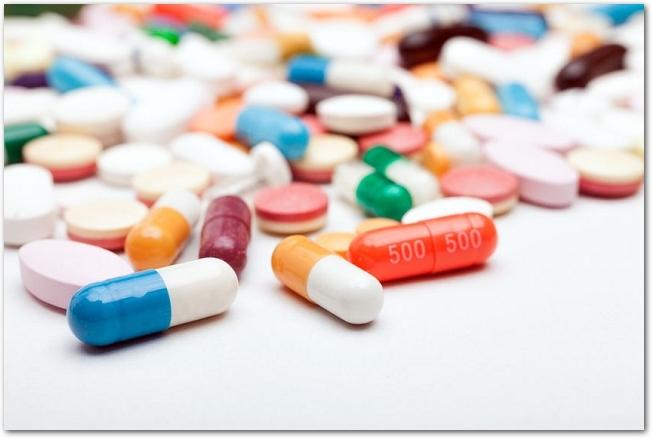 様々な色や形をしたたくさんのカプセルや錠剤