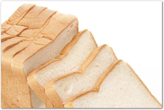薄くスライスされた食パンが並べられている様子