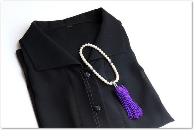 女性用の喪服と数珠