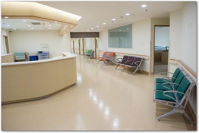 病院の廊下とナースステーション