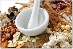 様々な種類の漢方薬と白い乳鉢
