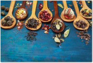 木のスプーンに少量ずつ盛られた様々な漢方薬