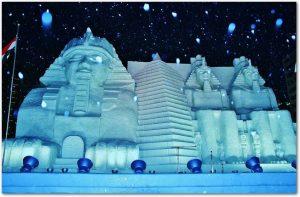 札幌雪まつりの水色にライトアップされた雪像の様子