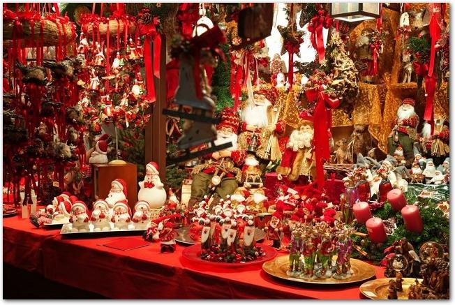 クリスマスマーケットの店先に並ぶ沢山の品物
