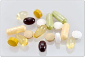 カプセルや錠剤など様々な形をしたサプリメント