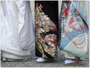 白無垢と黒留袖と振袖を着た3人の女性の足元の様子