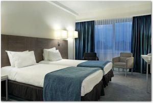 ツインベッドが置いてある夜の寝室