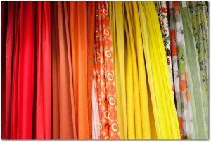 様々な色のカーテンが陳列されている光景