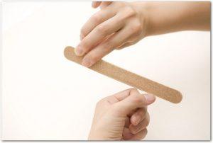 爪やすりで爪のケアをしている手元の様子