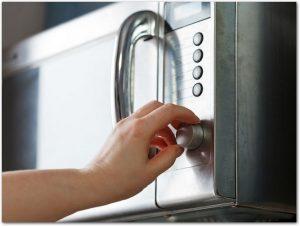オーブンをつまみを操作している手元の様子