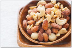 木の器に盛りつけられたミックスナッツ