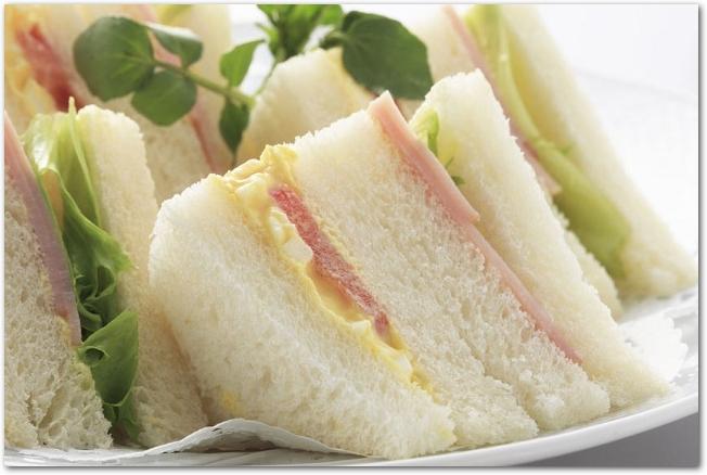 三角形に切られたサンドイッチがお皿に盛りつけらている様子