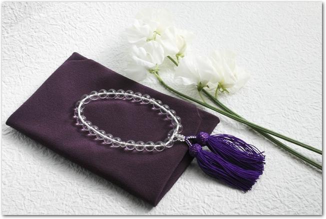 白いトルコキキョウと紫の袱紗と数珠