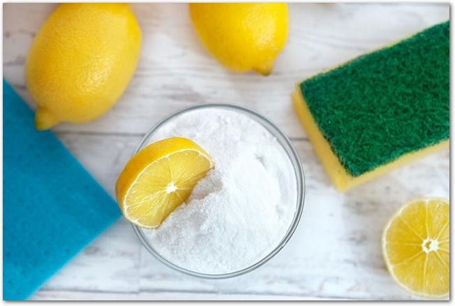 スポンジやレモンの中心に重曹の入った容器が置いてある様子