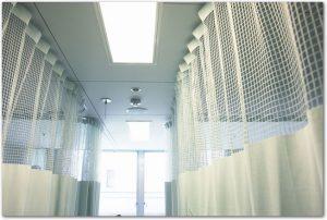カーテンが閉められている病室の様子