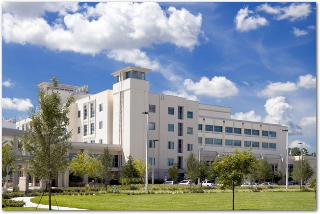 晴れた日の白い病院の建物の外観