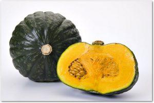 小ぶりのかぼちゃ1玉と半分にカットされたかぼちゃ