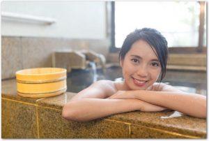 木桶と温泉の湯舟につかっている女性の様子