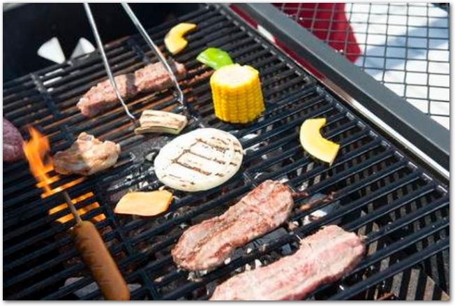 バーベキューで肉や野菜を焼いている様子